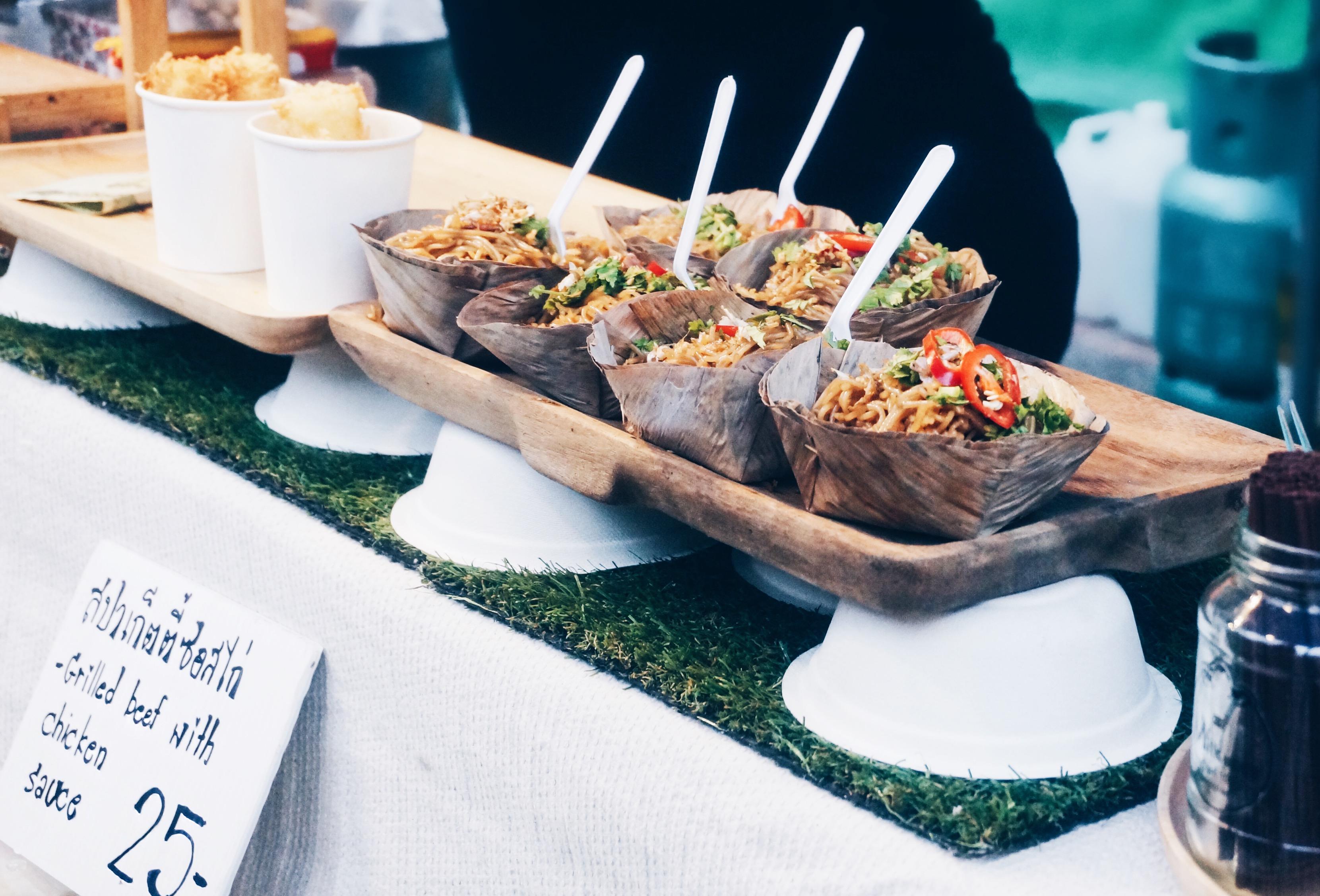 traditionelles thailändisches Essen auf dem Markt