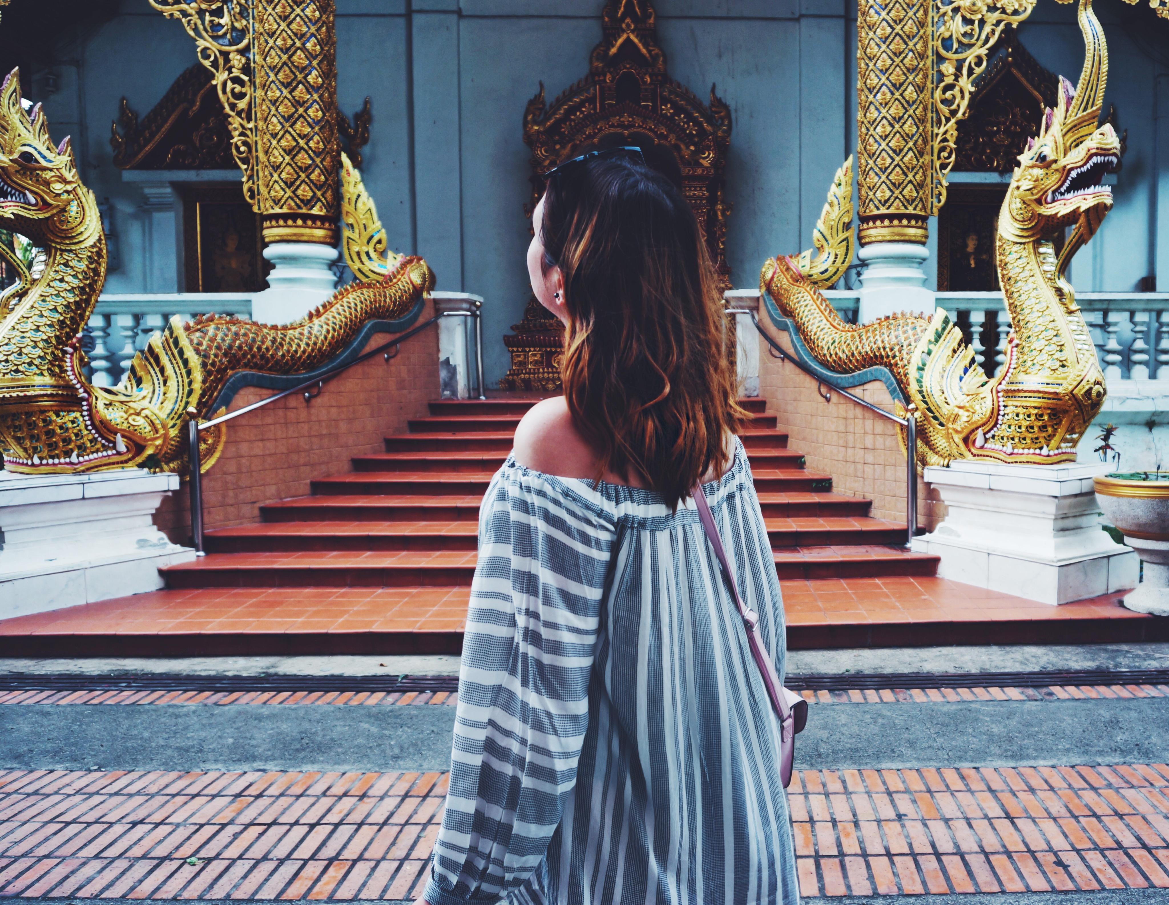 Frau vor Tempel in Thailand
