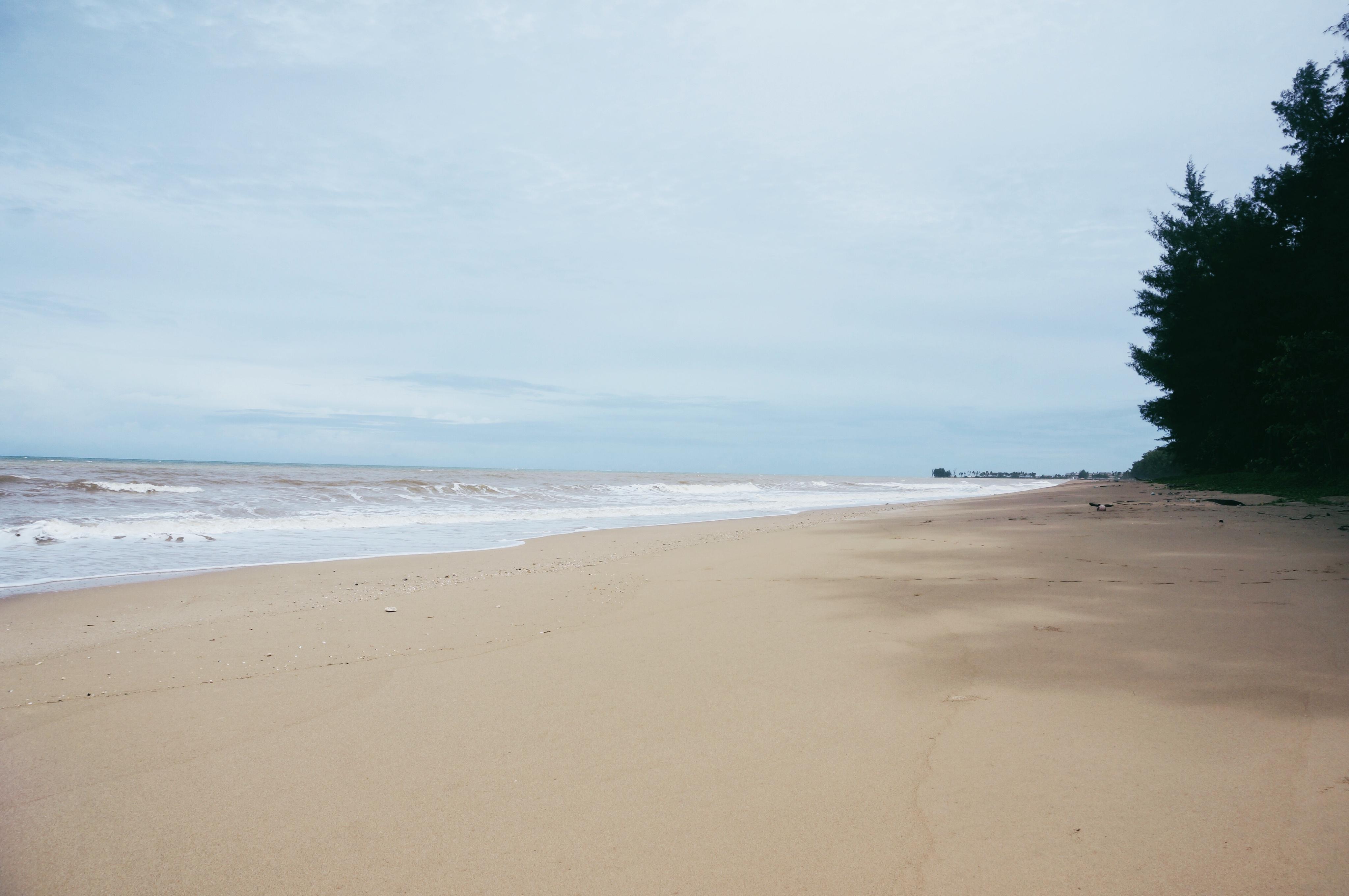 einsamer Strand in Thailand, Sandstrand, keine Touristen, Abseits von Touristen