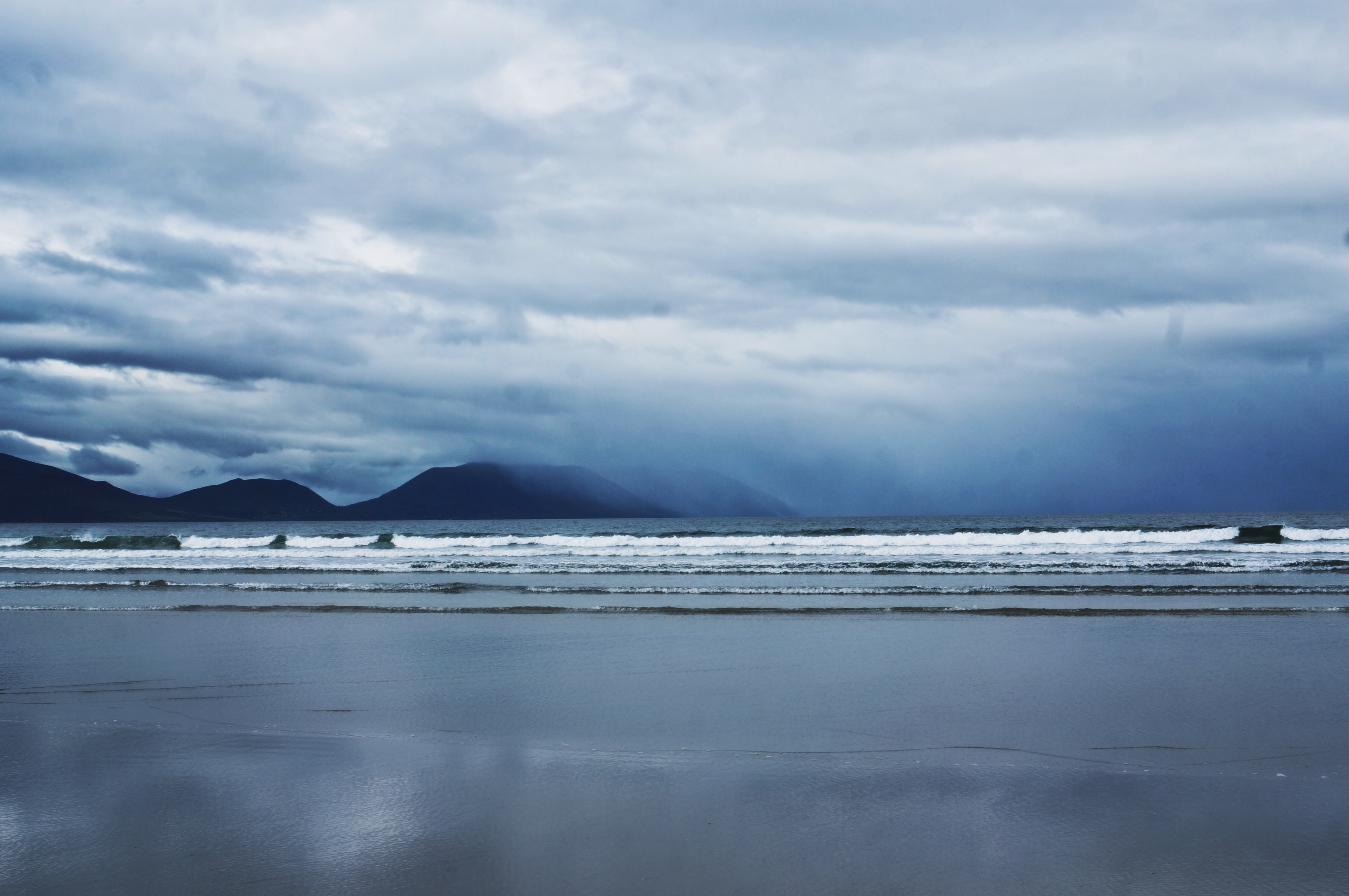 Meer, Strand, Beach, Irland, Inch Beach Ireland, Strände im Winter gelbe Regenjacke