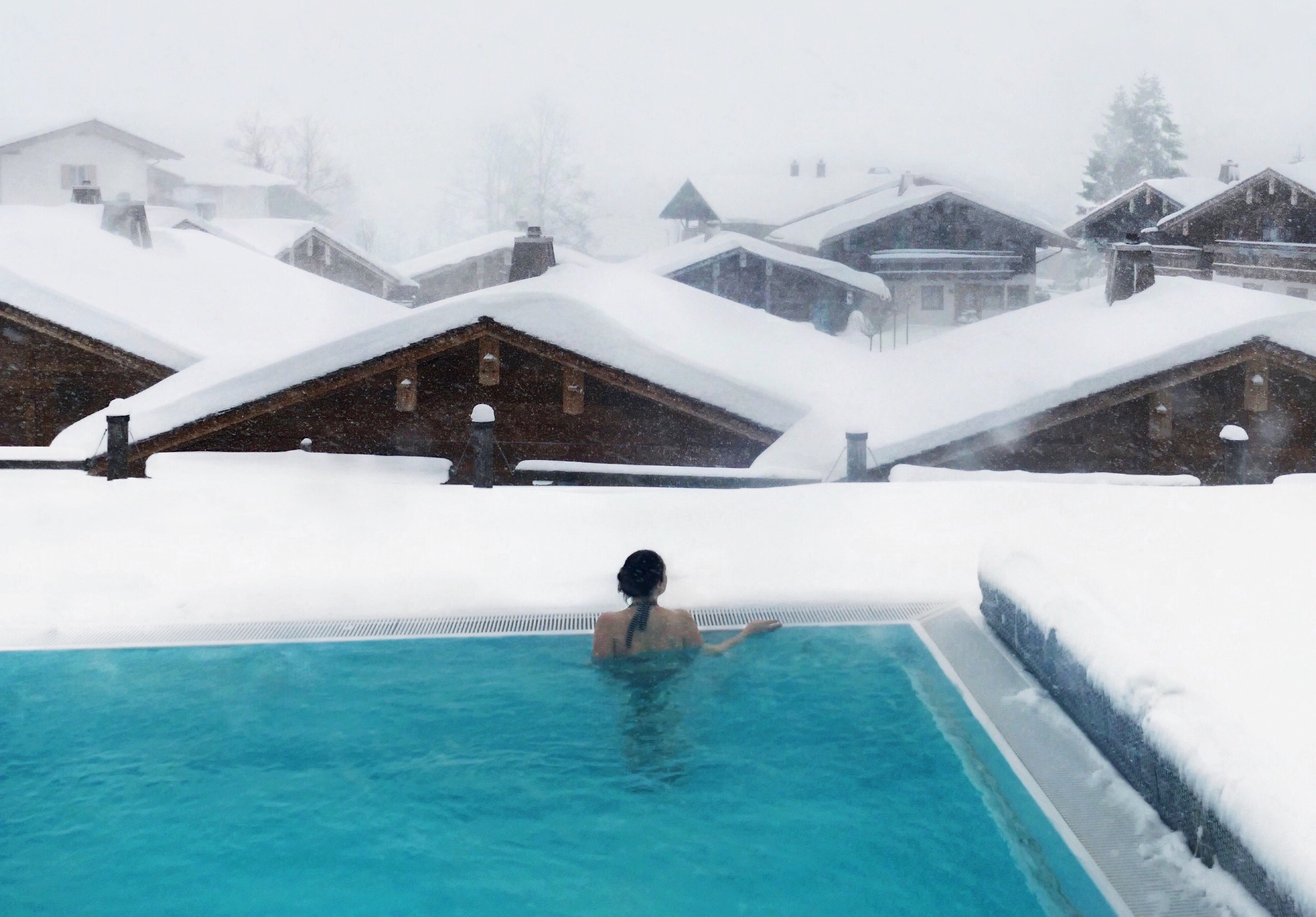 Winter Urlaub Kurztrip Wellness Hotel Hotel in den Bergen Pool Infinity pool Winter Sauna Blockhütte