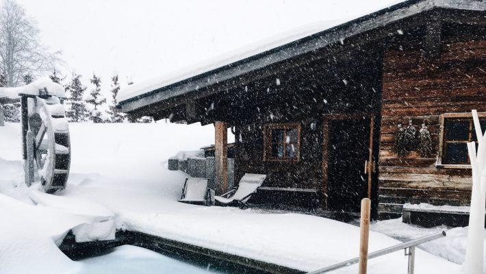 Winter Urlaub Kurztrip Wellness Hotel Hotel in den Bergen Pool Infinity pool Winter Sauna Blockhütte