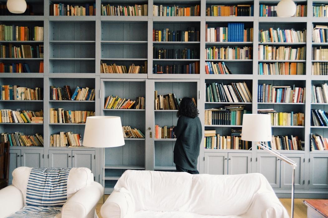 21 wunscherschöne Bücherregale im Landhaus Stil – für jedes Budget