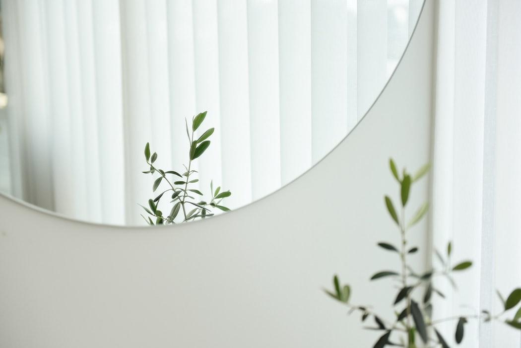 Ausgefallene Wandspiegel – Dekoration fürs Wohnzimmer im skandinavischen Stil